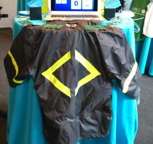 une veste intelligente qui protège cycliste, et piétons lors de leurs déplacements